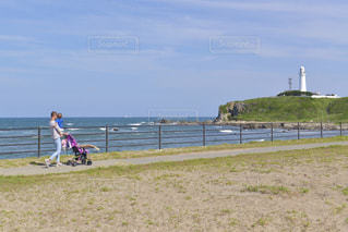 犬吠埼の海岸を散歩する親子の写真・画像素材[3298989]