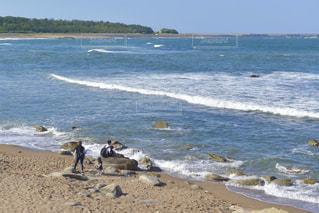 晴れた日の海岸で過ごす家族の写真・画像素材[3299242]