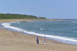 晴れた日の海岸で過ごす家族の写真・画像素材[3300797]