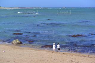 休日の海岸で過ごすカップルの写真・画像素材[3313266]