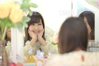 鏡の前に座ってポーズをとる女性の写真・画像素材[3318816]