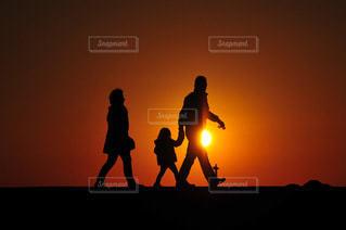 夕暮れの海岸を散歩する家族の写真・画像素材[3397047]