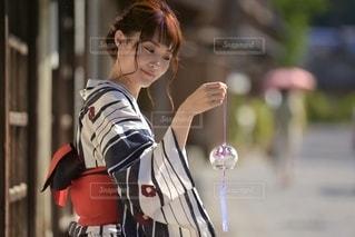 風鈴と美しい浴衣女性の写真・画像素材[3400253]