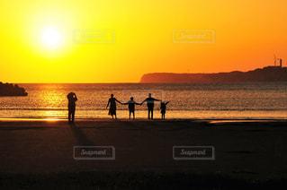 夕暮れの海岸と家族の風景の写真・画像素材[3410251]
