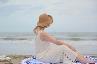 ビーチに座ってポーズをとる若い女性の写真・画像素材[3478059]