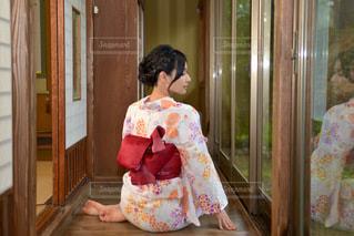 和室の廊下に佇む美しい浴衣女性の写真・画像素材[3518933]