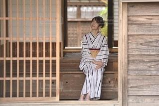 玄関先に佇む美しい浴衣女性の写真・画像素材[3519452]