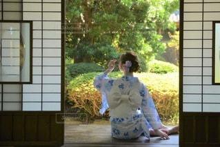 縁側でたたずむ美しい浴衣女性の写真・画像素材[3529935]