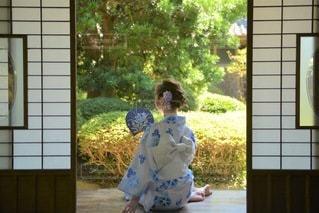 縁側でたたずむ浴衣女性の写真・画像素材[3548319]