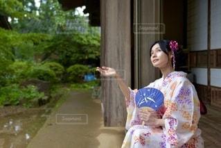 縁側でたたずむ美しい浴衣女性の写真・画像素材[3548333]