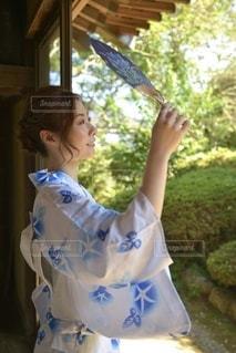 中庭で佇む美しい浴衣女性の写真・画像素材[3591180]