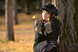 秋の公園と美しい女性の写真・画像素材[3715718]