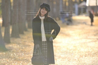 秋の公園でポーズをとる女性の写真・画像素材[3840403]