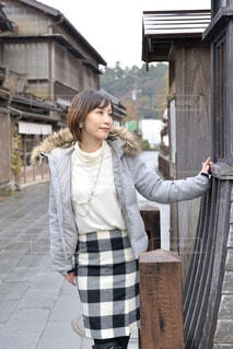 小江戸佐原の町並みでポーズをとる若い女性の写真・画像素材[3972741]