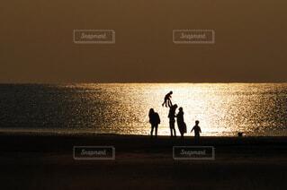 水の体の隣に立っている男の写真・画像素材[4007684]