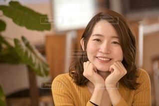 微笑む美しい品のある女性の写真・画像素材[4092846]