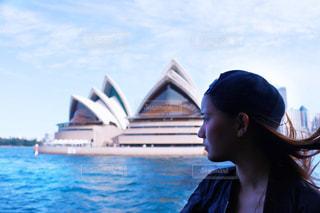 水の体の前で立っている女性の写真・画像素材[1101757]