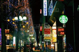 近くに夜の忙しい街のアップの写真・画像素材[899035]