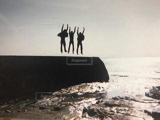 海岸でジャンプの写真・画像素材[3180750]