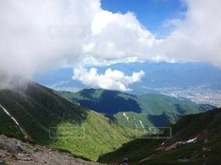 背景に大きな山の写真・画像素材[3245822]
