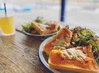 食べ物の皿をテーブルの上に置くの写真・画像素材[3310556]