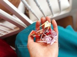椅子の上に座っているサンドイッチの写真・画像素材[3355716]