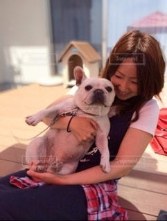 犬を抱いている少女の写真・画像素材[3370038]