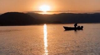 水の体の小さなボートの写真・画像素材[3397552]