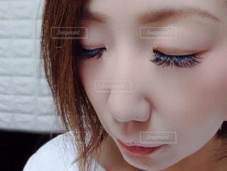 カメラを見ているピンクの髪の女性のクローズアップの写真・画像素材[3401994]