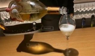 テーブルの上にワインを一杯入れますの写真・画像素材[3408754]