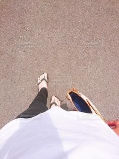 地面に横たわっている人の写真・画像素材[3421787]