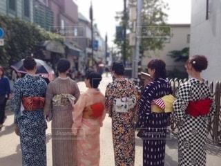 建物の前に立つ人々のグループの写真・画像素材[3531003]
