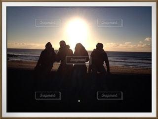 ビーチの前に立っている人々のグループの写真・画像素材[3584974]