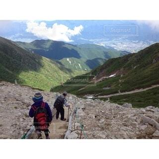 岩の丘の上に立つ人々のグループの写真・画像素材[4926841]