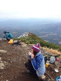 山の上に座っている人々のグループの写真・画像素材[4926844]
