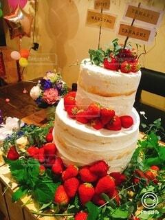 テーブルの上に果物が置いてあるケーキの写真・画像素材[4926873]