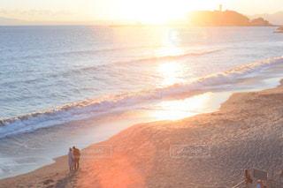 海,空,太陽,雲,綺麗,後ろ姿,砂浜,夕焼け,夕暮れ,波,光,江ノ島,フレア,sea,鎌倉,マジックアワー,七里ヶ浜,オールドレンズ,冬の海,太陽の光,ツーショット,寄り添う