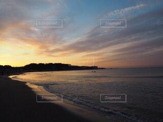自然,風景,海,空,屋外,太陽,朝日,サーフィン,ビーチ,雲,海辺,水面,海岸,サーファー,正月,お正月,地平線,日の出,新年,初日の出