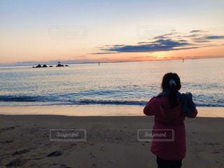 浜辺に立っている女の子の写真・画像素材[3184541]