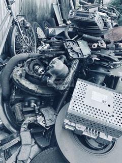 自転車,モノクロ,車,タイヤ,エンジン,機械,ホイール,廃材,ガラクタ,ビデオデッキ,ガラクタの山