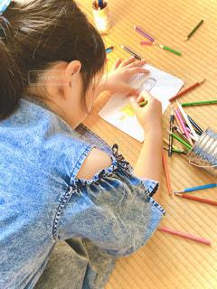 ライト,女の子,少女,ペン,人,畳,小学生,色鉛筆,休日,紙,妹,おえかき,筆記用具,お絵かき,色えんぴつ,色塗り,おうち時間,女子小学生