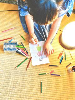 ライト,女の子,光,ペン,人,畳,小学生,色鉛筆,鉛筆,手書き,紙,妹,おえかき,筆記用具,お絵かき,色えんぴつ,おうち時間,女子小学生