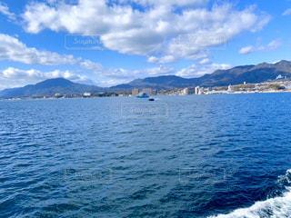背景に山のある大きな水域の写真・画像素材[3263932]