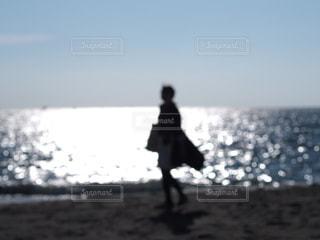 女性,風景,空,カメラ女子,ビーチ,砂浜,波,水面,海岸,シルエット,人,旅行,フォトジェニック,インスタ映え