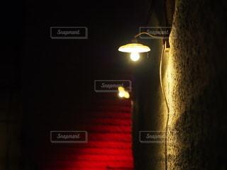カメラ女子,ランプ,ライトアップ,灯り,照明,洞窟,スポットライト,フォトジェニック
