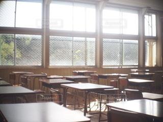 カメラ女子,部屋,窓,木漏れ日,椅子,テーブル,窓辺,学校,教室,フォトジェニック,インスタ映え