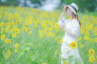 花を持っている人の写真・画像素材[3626494]