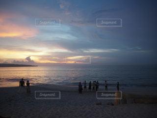 自然,風景,海,空,屋外,太陽,ビーチ,雲,砂浜,夕暮れ,水面,海岸,人物,日中,クラウド