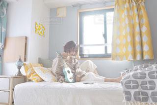 ベッドに座っている人の写真・画像素材[3183639]