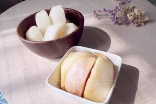 皿の上に座っている果物のボウルの写真・画像素材[3825548]